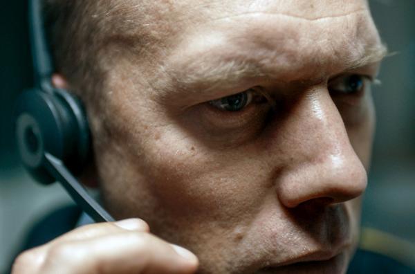 Bild 1 von 4: Kurz vor Feierabend erhält Asger (Jakob Cedergren) einen beunruhigenden Anruf.