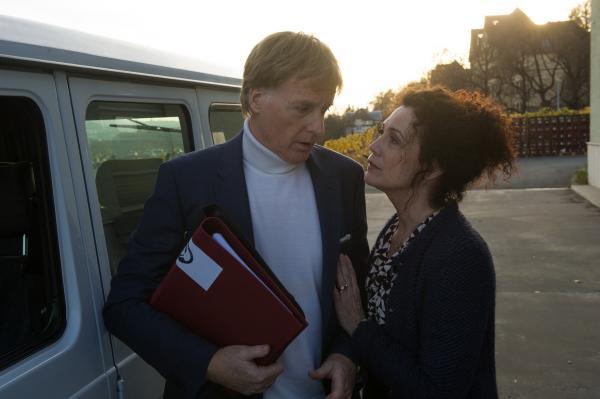 Bild 1 von 5: Michael Ruge (Albert Fortell) und seine Gattin Ariane (Barbara Wussow) scheinen der SOKO nicht die ganze Wahrheit erzählt zu haben.