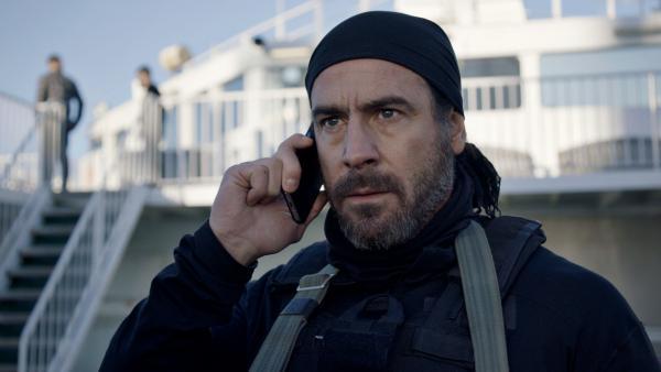 Bild 1 von 5: Yusuf (Ola Rapace) arbeitet für den russischen Geheimdienst und bespricht die nächsten Schritte am Telefon.