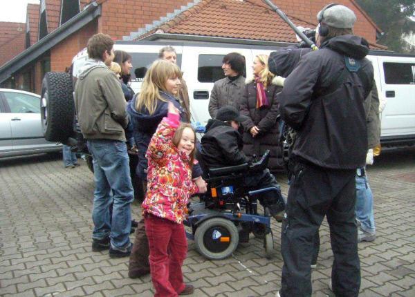 Bild 1 von 5: Die achtköpfige Familie um Karl und Martina freut sich auf ihr 'neues' Zuhause.