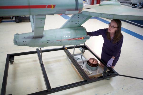 Bild 1 von 4: Die Restauratorin Ariel O?Connor untersucht das Modell des Raumschiffs Enterprise. Die Filmrequisite soll im Smithonian Air and Space Museum in Virginia/USA restauriert werden.