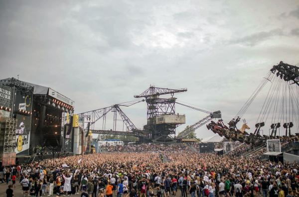 Bild 1 von 3: Die Eisenstadt ?Ferropolis? ist eine der spektakulärsten Veranstaltungsstätten Europas. Hier treffen sich im Sommer Tausende von Fans auf den wichtigsten Festivals des Open Air Sommers: Melt, Full Force, splash!
