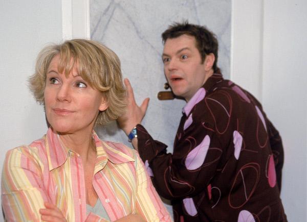 Bild 1 von 6: Während Tim (Oliver Reinhard) horcht, was bei Dr. Schmidt so Spannendes passiert, tut Nikola (Mariele Millowitsch) betont desinteressiert: sie will das gar nicht wissen...