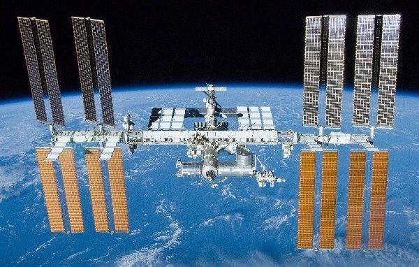 Bild 1 von 2: Die ISS-Raumstation umkreist die Erde beinahe 16 Mal am Tag.