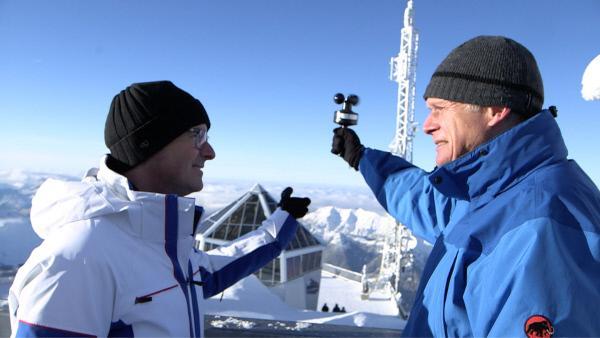 Bild 1 von 7: Handarbeit. Windgeschwindigkeitsmessung gehört zur Routine, wenn die automatischen Messgeräte eingefroren sind.