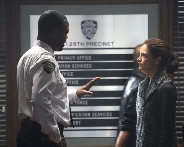 Bild 1 von 16: Cat (Kristin Kreuk, r.) versucht weiter zu beweisen, wer Liam wirklich ist. Doch wird ihr Lt. Tran (Martin Roach, l.) glauben?