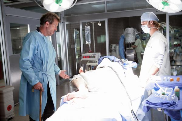 Bild 1 von 13: House (Hugh Laurie, li.) und Dr. Chase (Jesse Spencer) untersuchen einen neuen Patienten, der aus noch ungeklärten Ursachen unter permanenten Schmerzen leidet.