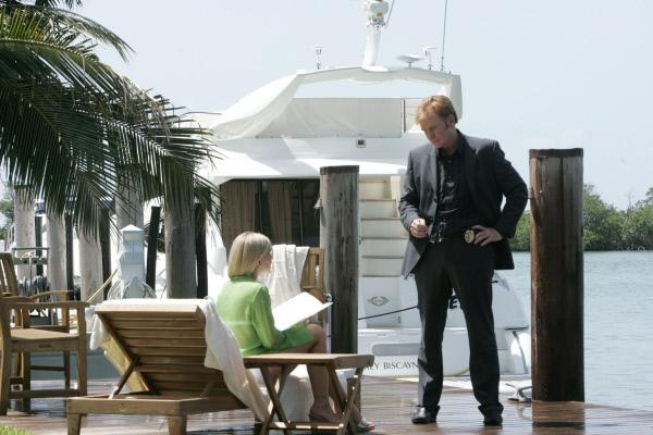 Bild 1 von 12: Horatio (David Caruso) stattet Michelle Burke (Amanda Loncar), einer alten Freundin von des ermordeten Aberto, einen Besuch ab. Sie gibt zu, Aberto zu seinem Hafturlaub verholfen zu haben.