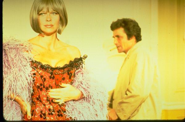 Bild 1 von 5: (v.l.n.r.) Nora Chandler (Anne Baxter); Columbo (Peter Falk)