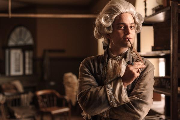 Bild 1 von 8: Als der Beruf des Damenfriseurs noch nicht gesellschaftsfähig ist, träumt der junge Perückenmacher Léonard Minet (Max Hegewald) davon, Damenfriseur zu werden.