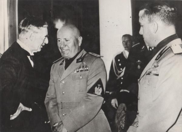 Bild 1 von 3: 1938: Münchner Abkommen, Premier Neville Chamberlain im Gespräch mit Mussolini.