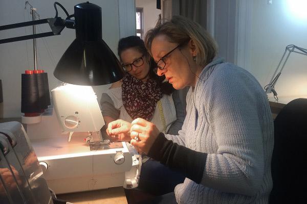 Bild 1 von 2: Katharina Clauß und Näherin Kerstin Bretschneider.