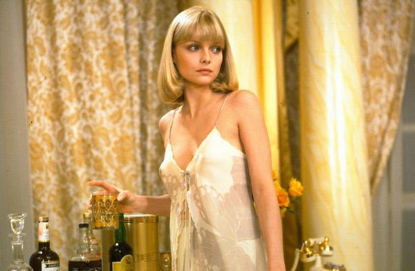 Bild 1 von 14: Elvira (Michelle Pfeiffer), die Frau des Drogenbarons Lopez, ist Montanas Objekt der Begierde.