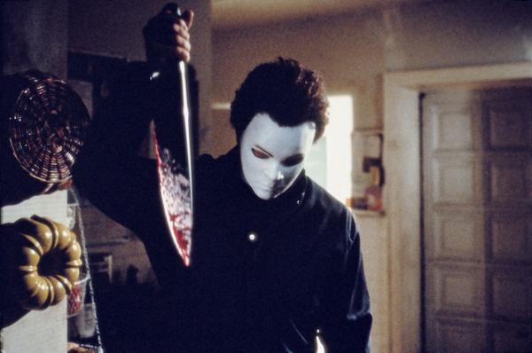 Killer Michael Myers (Chris Durand) mit Blut bespritztem Messer in der Hand steht in der Küche