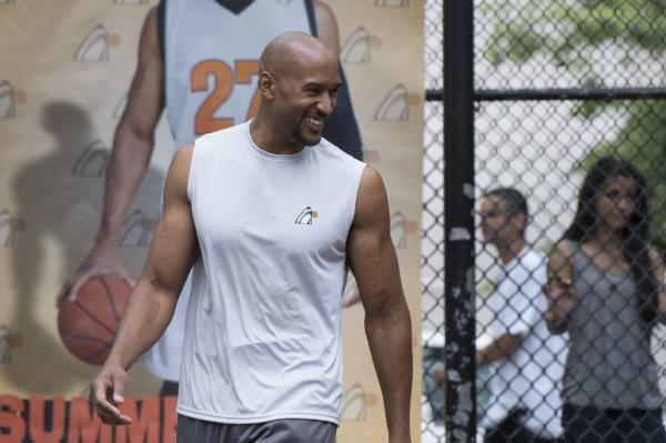 Bild 1 von 8: Der gefeierte Basketball-Star Shakir Wilkins (Henry Simmons, l.) wird der mehrfachen Vergewaltigung bezichtigt.