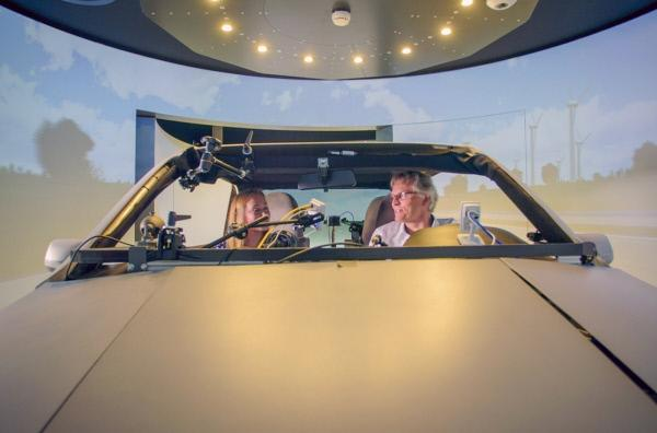 Bild 1 von 5: Professor Karsten Lemmer (re.) ist Vorstand des Deutschen Zentrums für Luft- und Raumfahrt. Trotzdem interessiert auch er sich für das autonome Fahren.