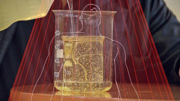 Bild 1 von 4: Spannendes Experiment: Werden zwei Messbecher nacheinander mit Öl gefüllt, wird der innere auf Grund von Lichtbrechungen am Ende unsichtbar. (Animation)