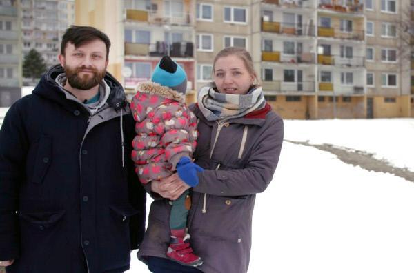 Bild 1 von 4: Petr Globocník (li.) sucht eine neue Wohnung für sich und seine Familie.