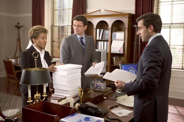 Bild 1 von 11: Als das Leben noch normal war. Evan (Steve Carell, r.) auf Erfolgskurs im US-Kongress. Mit dabei seine Assistenten Rita (Wanda Sykes, l.) und Marty (John Michael Higgins, M.).