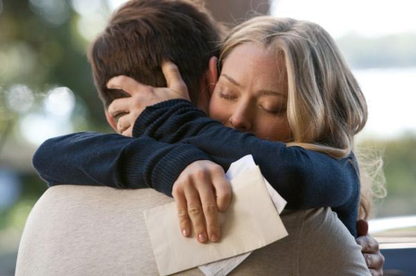 Bild 1 von 1: Savannah (Amanda Seyfried) verabschiedet sich von John (Channing Tatum), der noch ein Jahr Militärdienst in Übersee absolvieren muss.