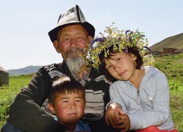 Bild 1 von 2: Kirgistan - Kirgisische Jurtenfamilie in der Nähe des Songkol-Sees