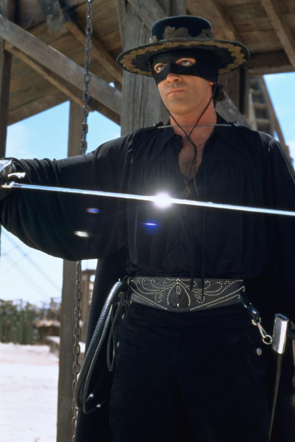 Bild 1 von 15: Alejandro Murrieta (Antonio Banderas) ist Zorro und soll unter der Lehre von Don Diego de la Vega Rache an dem tyrannischen Don Montero und seinen Handlangern nehmen.