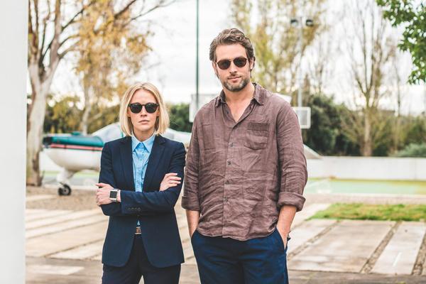 Bild 1 von 6: Miranda (Elen Rhys) und Max (Julian Looman) suchen gemeinsam ein vermisstes Model.