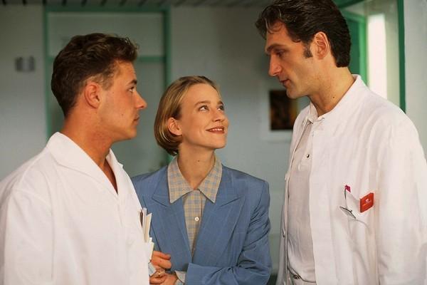 Bild 1 von 9: Dr. Schmidt (Walter Sittler, re.) gibt Pfleger Eriksen (Willi Herren) und seiner Frau (Floriane Daniel) Tips für die junge Ehe.