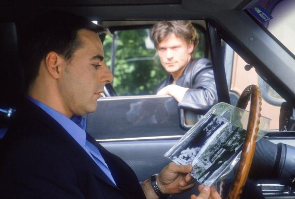 Bild 1 von 12: Vladek (Michael Putschli, re.) ist im Besitz von Fotos, die Wagner eindeutig als kaltblütigen Mörder zeigen. Er trifft sich zur Geldübergabe mit dessen Sohn Johannes (Stefano Polzoni) auf einem Autobahnrastplatz.