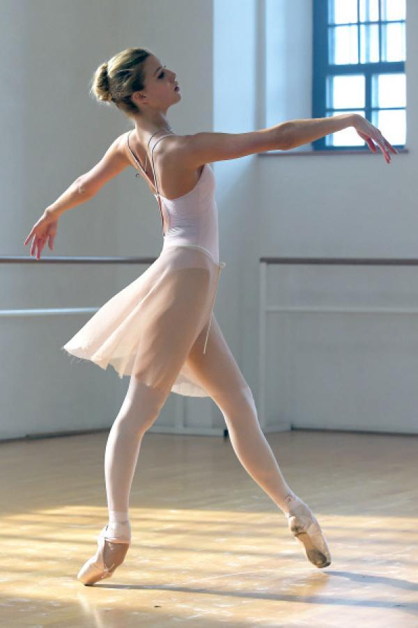 Bild 1 von 7: Ruby (Keenan Kampa) ist eine leidenschaftliche Balletttänzerin, die ihr Können an der renommiertesten Tanzakademie von New York perfektionieren möchte.