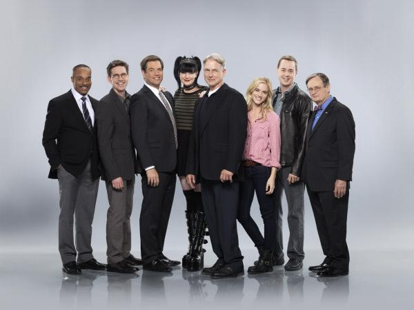 Bild 1 von 11: (11. Staffel) - Immer auf der Jagd nach Bösewichten in den eigenen Reihen: das Navy CIS-Team (v.l.n.r.: Rocky Carroll, Brian Dietzen, Michael Weatherly, Pauley Perrette, Mark Harmon, Emily Wickersham, Sean Murray und David McCallum) ...