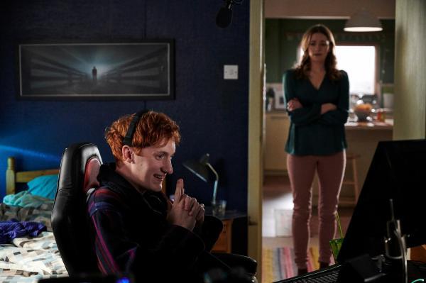 Bild 1 von 5: Alison (Charlotte Ritchie) macht sich Sorgen: Vor der Tür wartet die Polizei und möchte Nicky (Will Merrick) sprechen. Doch der scheint das alles nicht ernst zu nehmen.