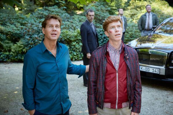 Bild 1 von 35: Hartmut (Niels Kurvin, r.) wird von seinem alten Freund Gideon (Thomas Heinze) zu sich nach Hause eingeladen und ist beeindruckt von dessen Villa.