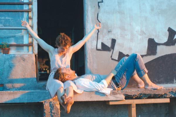 Bild 1 von 5: Schimon (Christoph Letkowski) und Jella (Karoline Bär) verloben sich.