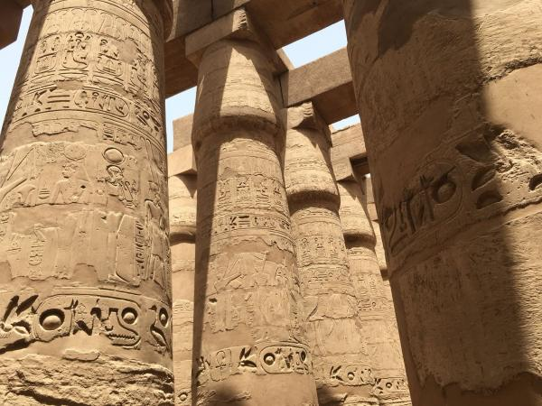 Bild 1 von 1: Die Tempel von Abu Simbel stammen aus der Regierungszeit von Pharao Ramses dem Großen sind tief in eine Felswand aus Sandstein gemeißelt.