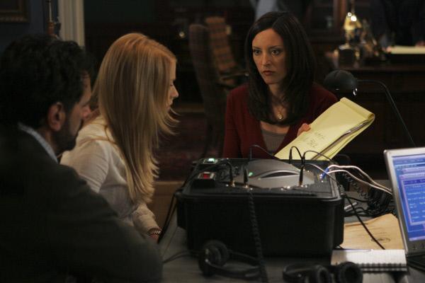 Bild 1 von 5: Elle Greenway (Lola Glaudini, r.) versucht von Cheryl (Elizabeth Harnois, M.) und Evan Davenport (Robin Thomas, l.) etwas über Trish zu erfahren, damit ihre Ermittlungen weiter gehen können ...