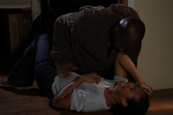 Bild 1 von 5: Als der Partner (oben) ihrer Mutter (unten) immer regelm??iger gewaltt?tig wird, m?chte Melissa ihre Mutter besch?tzen und schl?gt zur?ck. Die Mutter trennt sich von ihm, doch wird er sich eines Tages an der Familie r?chen?