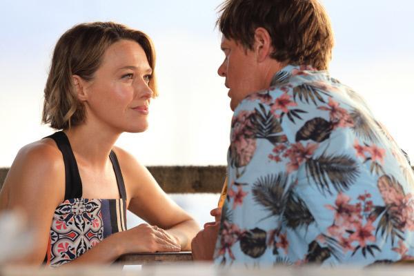 Bild 1 von 5: Martha (Sally Bretton) macht auf der paradiesischen Insel Sainte Marie Urlaub und besucht ihren Freund Humphrey (Kris Marshall). Beide hoffen, nun endlich mehr Zeit miteinander verbringen zu können.