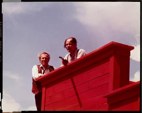 Bild 1 von 13: Als sich die drei Revolverhelden nähern, hält sich der Fremde (Clint Eastwood) bewusst im Hintergrund und überlässt die feigen Bewohner des Städtchens ihrem Schicksal.