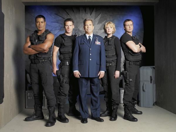 Bild 1 von 3: Das neue SG 1-Team: v.l.n.r. Teal?C (Christopher Judge), Colonel Cameron Mitchell (Ben Browder), General Hank Landry (Beau Bridges), Captain Samantha Carter (Amanda Tapping) und Daniel Jackson (Michael Shanks).