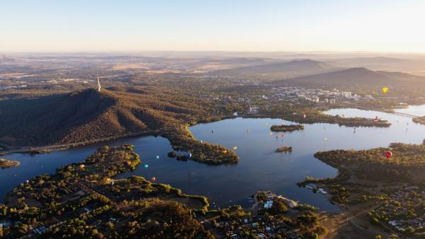 Bild 1 von 3: Canberra wurde erst 1908 aufgrund der Rivalität zwischen Melbourne und Sydney als Kompromisslösung zur Hauptstadt Australiens bestimmt. Die junge Metropole bietet mit ihrer relativ geringen Bevölkerungsdichte einen privilegierten Lebensstil und ist eine grüne Oase.
