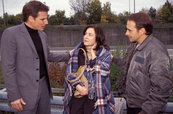 Bild 1 von 11: Tom (Rene Steinke, li.) und Semir (Erdogan Atalay) treffen an der Unfallstelle auf ihre geschockte Chefin (Charlotte Schwab).