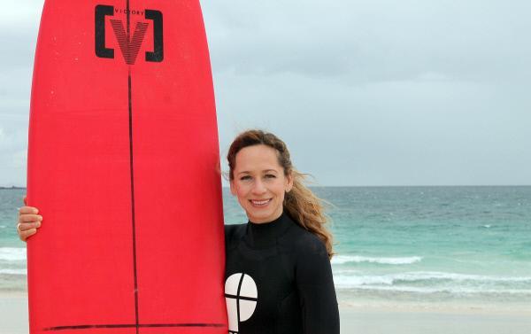 Bild 1 von 2: Moderatorin Tamina Kallert wagt sich am Strand von Corralejo mit dem Surfbrett aufs Meer.