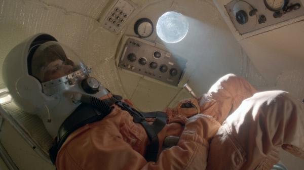 Bild 1 von 2: Yuri Gagarin verlässt die Erde mit einer Geschwindigkeit von 17 500 Meilen pro Stunde. Er ist der erste Mensch im Weltall und wird nach seiner Rückkehr in Russland als Nationalheld gefeiert.