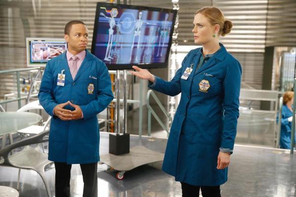 Bild 1 von 22: Clark (Eugene Byrd) und Brennan (Emily Deschanel) haben bei der Untersuchung von Sweets' Leichnam festgestellt, dass dessen Mörder einen Bezug zum Militär haben muss.