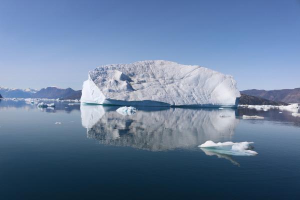 Bild 1 von 12: Immer häufiger kalben die Gletscher am Scoresbysund an der Ostküste Grönlands aufgrund der steigenden Temperaturen. Als riesige Eisberge treiben die Bruchstücke im Meer.