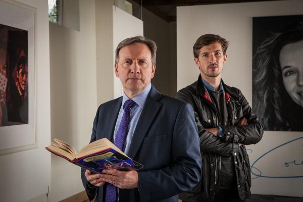 Bild 1 von 9: Barnaby (Neil Dudgeon, l.) und Nelson (Gwilym Lee, r.) besuchen die Ausstellung eines Mordopfers.