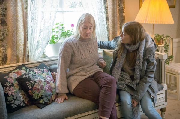 Bild 1 von 3: Nach Meinung ihrer Tochter Harriet (Kristin Andersson, re.) war Jennys (Lotta Tejle, li.) Auftreten bei der Bank nicht taff genug, um einen Kredit für eine neue Wohnung zu erhalten.