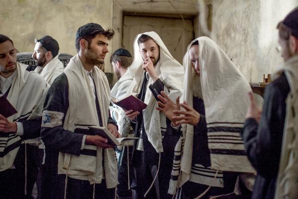 Bild 1 von 5: Jüdische Gebete im Warschauer Ghetto (Spielszene)