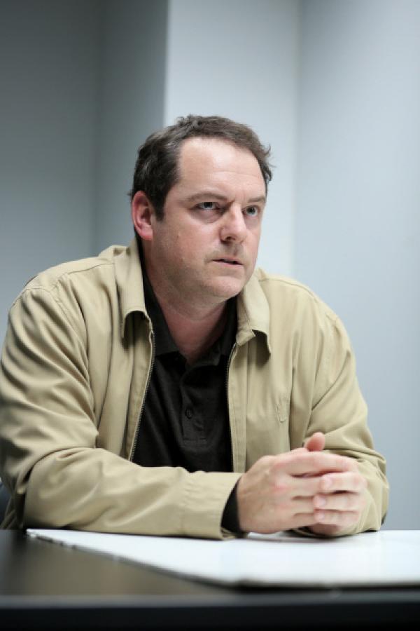 Bild 1 von 4: Kevin Malek (Paul Doucet) hat noch ein Ass im Ärmel.